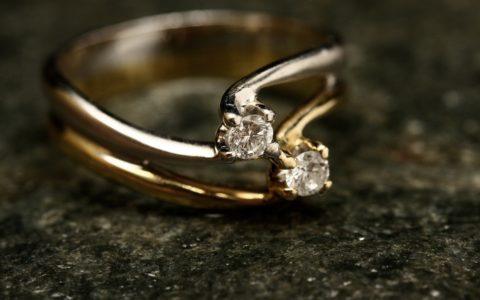 Gouden ring met diamant verstuurd in bubbeltjesenvelop